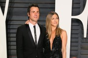 US actors Justin Theroux and Jennifer Aniston pose as they arrive to the Vanity Fair Party following the 88th Academy Awards at The Wallis Annenberg Center for the Performing Arts in Beverly Hills, California, on February 26, 2017.  / AFP / JEAN-BAPTISTE LACROIX