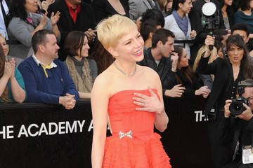 Michelle Williams Is Coral Perfection at the 2012 Oscars