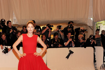 Doutzen Kroes Is the Lady in Red in Giambattista Valli at the Met Gala 2011