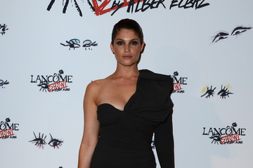 Gemma Arterton Seduces In A One-Shoulder Dress