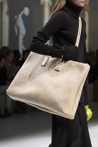 Bottega Veneta at Milan Fall 2020 (Details) [shoulder,bag,handbag,fashion,joint,street fashion,fashion model,fashion accessory,hobo bag,tote bag,handbag,fashion accessory,fashion,fashion week,street fashion,fashion model,hobo bag,bottega veneta,milan fashion week,paris fashion week,handbag,milan fashion week,paris fashion week,fashion,bottega veneta,fashion week,autumn,fashion accessory,ready-to-wear]