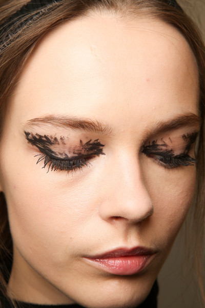 Fendi fall 2015 beauty trend to try graphic eye for Japanese tattoo eyeliner