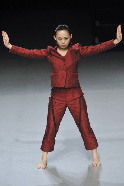 Issey Miyake at Paris Fall 2009 [performance art,art,choreography,dancer,performance art,dance,performing arts,performance,choreography,arm,human body,muscle,fun,human,issey miyake,performance,dance,fashion,dancer,paris fashion week,modern dance,performance art,fashion,art,human,performance]