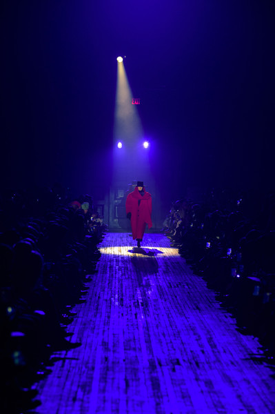 Marc Jacobs at New York Fall 2018 [blue,purple,light,violet,lighting,water,sky,night,performance,stage,marc jacobs,fashion,fashion week,runway,light,lighting,purple,totallyher media,new york fashion week,fashion show,new york fashion week,fashion show,fashion,runway,ready-to-wear,new york,autumn,fashion week,totallyher media llc,photograph]