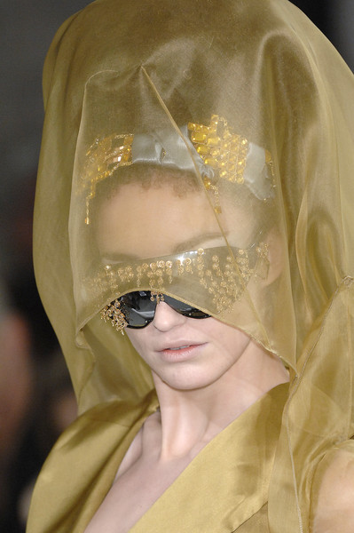 On Aura at Couture Spring 2007 (Details)