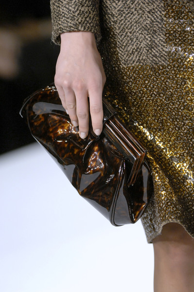 Oscar de la Renta at New York Fall 2008 (Details) [fashion,handbag,brown,leather,bag,street fashion,material property,hand,fashion accessory,glitter,handbag,fashion accessory,oscar de la renta,brown,fashion,model,leather,hand,material property,new york fashion week,handbag,model,fashion]