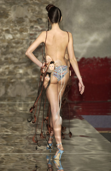 Seredin & Vasiliev at Couture Spring 2002 [couture spring 2002,fashion,back,human leg,hip,supermodel,fashion,model,fetish model,seredin,vasiliev,human leg,hip,fashion show,fashion show,model,supermodel,fetish model,fashion,sexual fetishism]