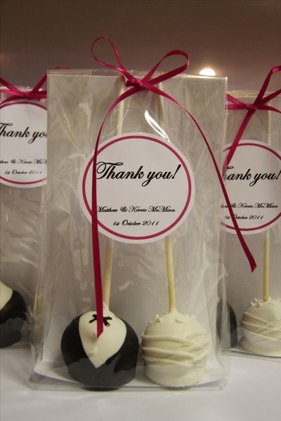 Impress Your Guests With These Wedding Favors Cake Pops