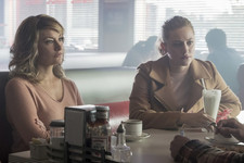 Lili Reinhart Is The Spitting Image Of Mädchen Amick In New Flashback Episode Pics